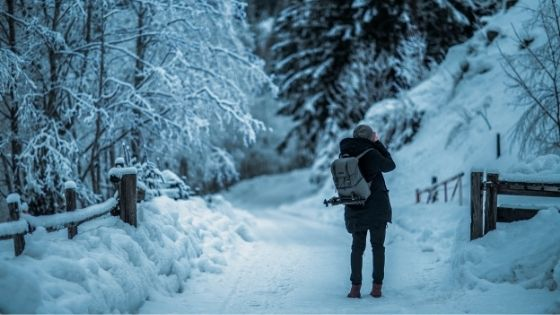 冬の道を歩いている人物