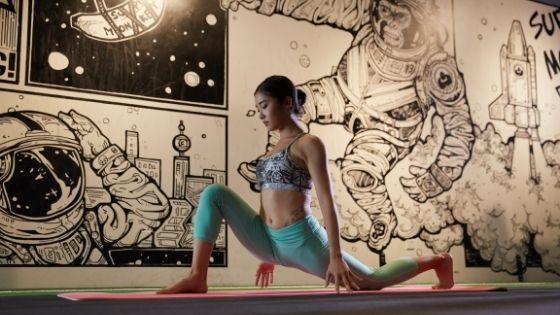 ランジトレーニングをする女性