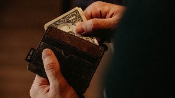 お財布からお金を出す